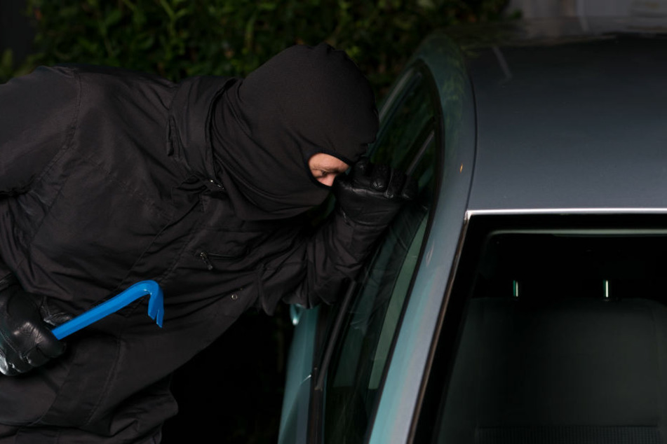 Ein Auto konnten die Diebe bereits gewaltsam öffnen. Als sie ein zweites stehlen wollten, war die Polizei vor Ort. (Symbolbild)