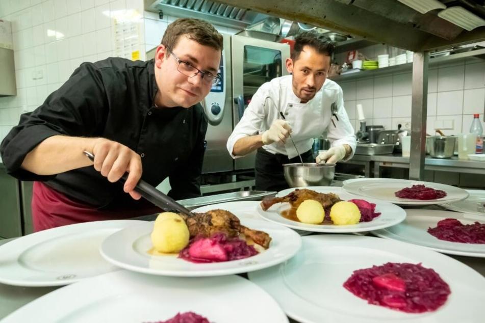 """Küchenchef Sascha Gaber (31,l.) und Habib (23) richteten im """"Michaelis"""" Gans, Rotkraut und Klöße für Bedürftige an."""