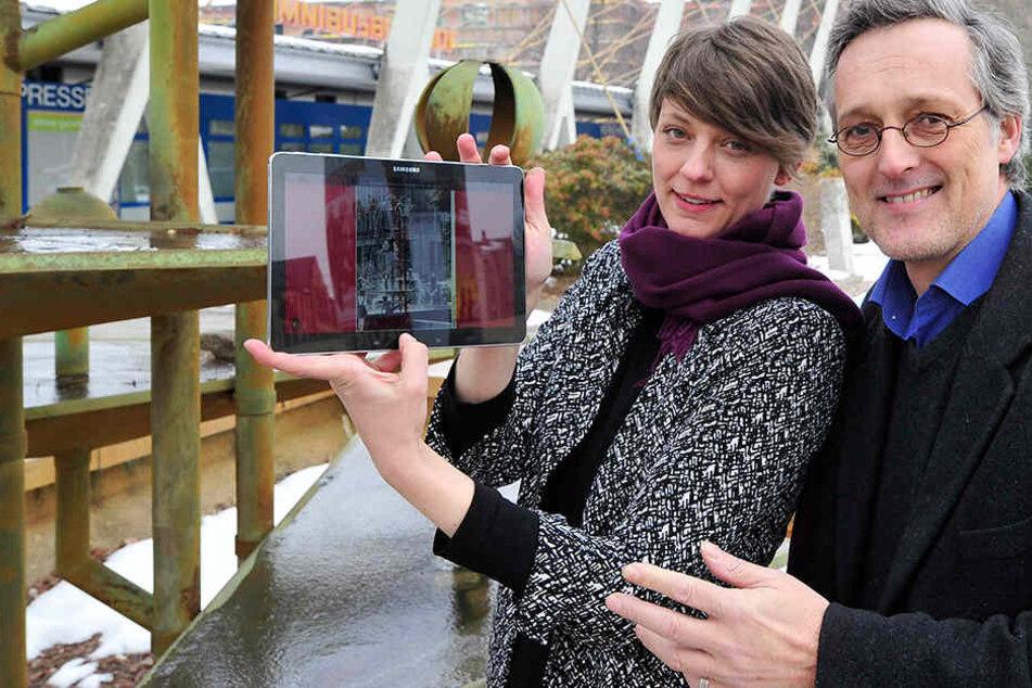 Stadtforscherin Katja Manz (38) und Industriemuseums-Chef Oliver Brehm (53) starten am Klapperbrunnen die neue App-Tour.