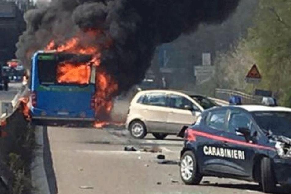 Ein Twitter-User postete dieses Foto des brennenden Schulbusses.