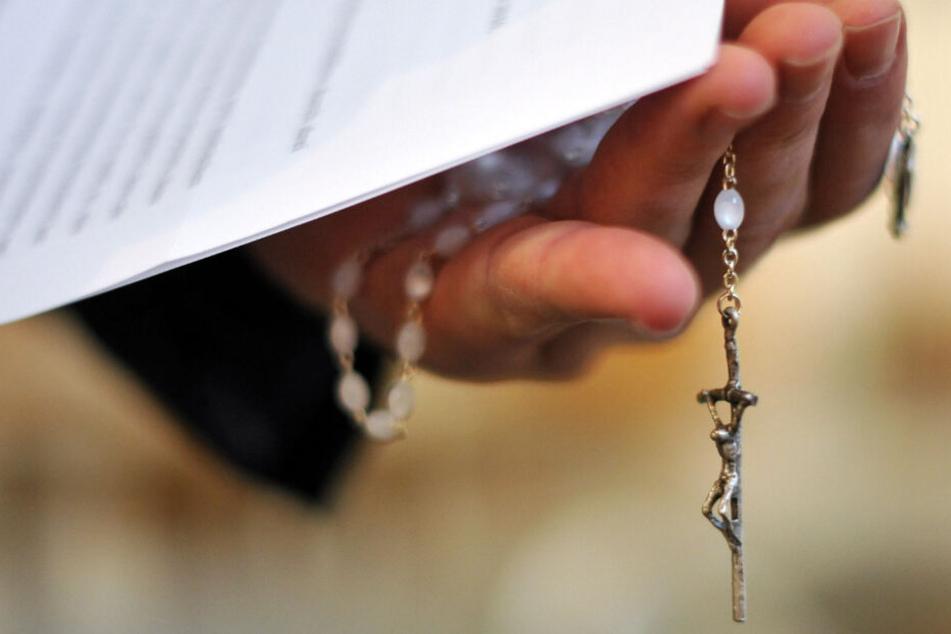 Kinderpornos bei Diakon gefunden! Kirche verbannt Mitarbeiter an den Schreibtisch