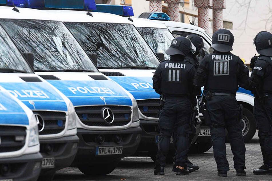 Mehrere Streifenwagen der Polizei mussten wegen einer Massenschlägerei ausrücken.