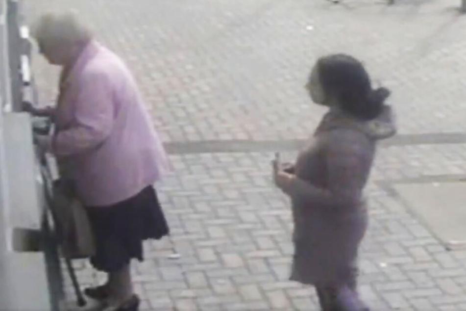 Die junge Frau nähert sich mit einem Zettel in der Hand.