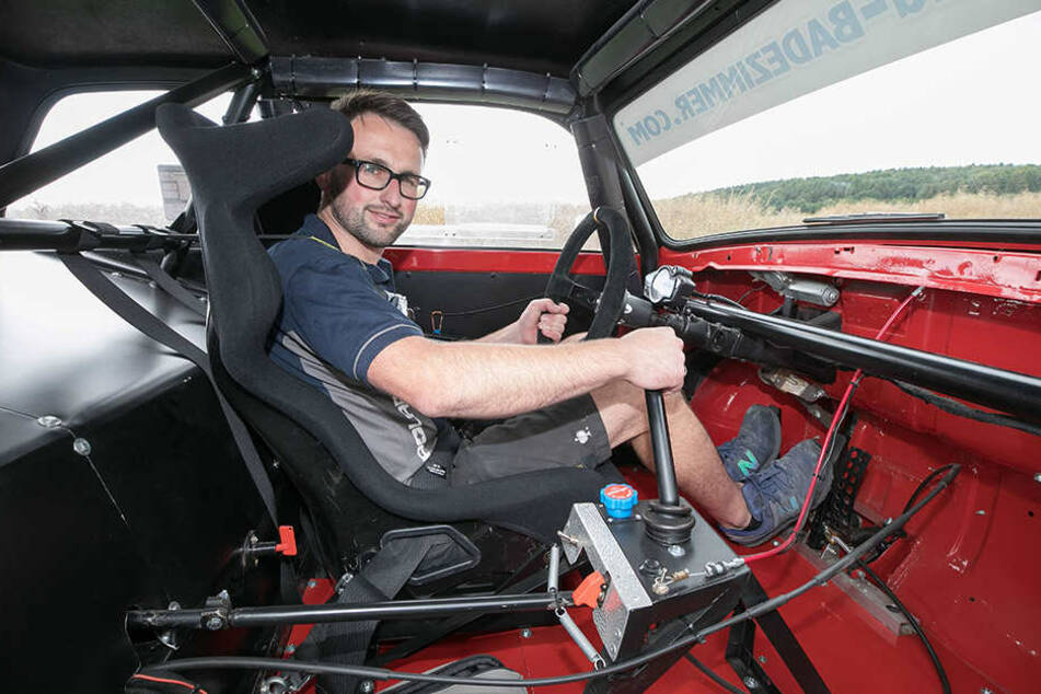 Ronny in seiner Rennpappe: Platz für einen Beifahrer hat er nach dem Umbau keinen mehr.