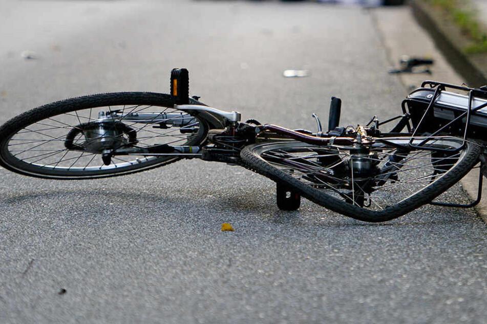 Die 18-jährige Radlerin erlitt durch den Sturz schwere Kopfverletzungen. (Symbolbild).