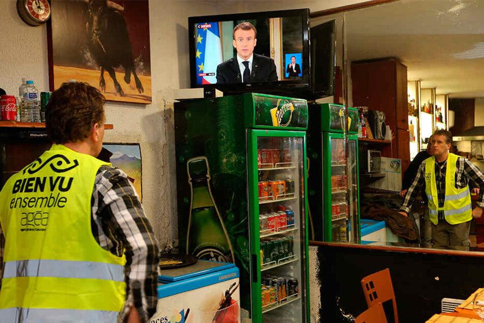 Yohann Piedagnel aus Hendaye beobachtet den französischen Präsidenten Emmanuel Macron während einer Fernsehansprache an die Nation.
