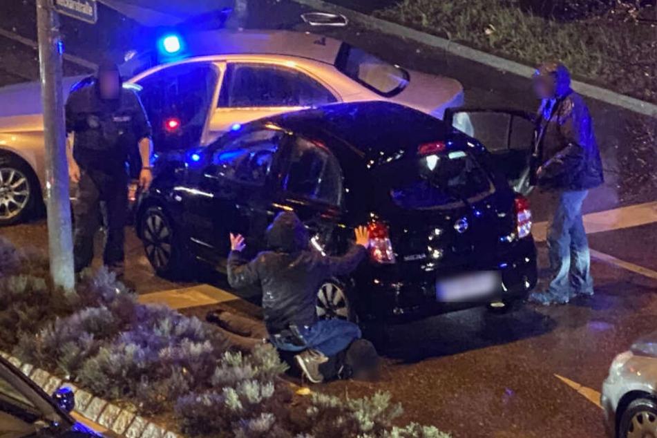 Hier wird ein Tatverdächtiger (von einem Polizisten am Boden fixiert) festgenommen.