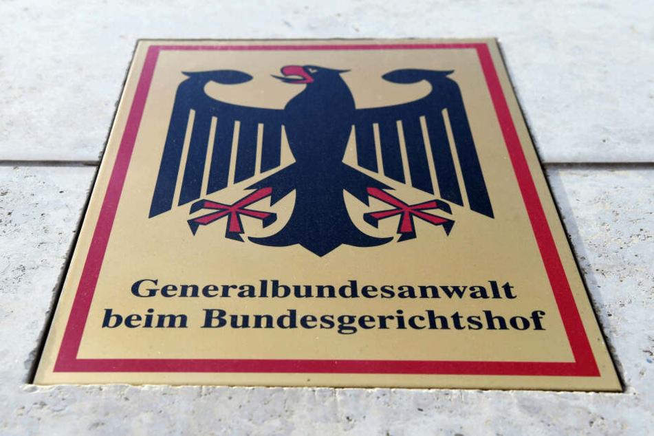 """Ein Hinweisschild mit Bundesadler und dem Schriftzug """"Generalbundesanwalt beim Bundesgerichtshof"""" ist an der Karlsruher Bundesanwaltschaft angebracht."""