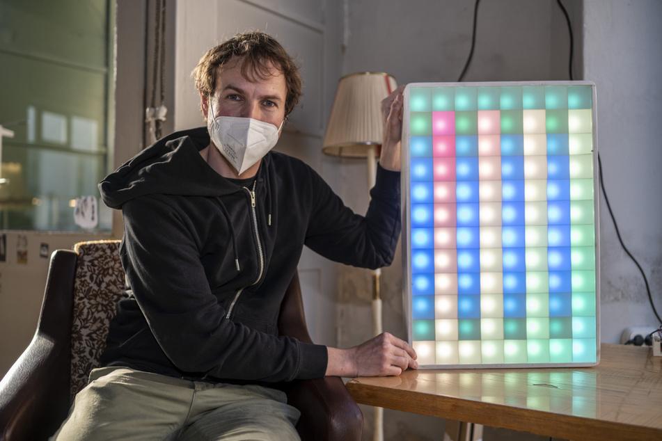 """Robert Köpferl (40) vom """"Chaostreff Chemnitz"""" präsentiert seinen """"Pixelscreen""""."""
