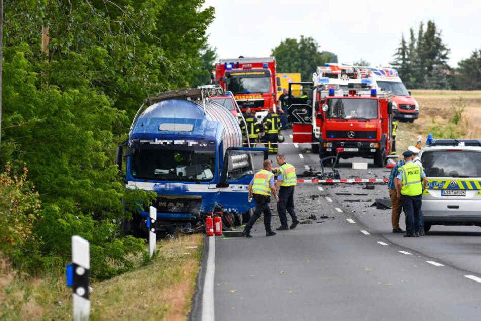Ein VW Polo war auf die Gegenfahrbahn geraten und wurde dort von einem Lkw überrollt. Der Fahrer des Polo verstarb noch an der Unfallstelle.