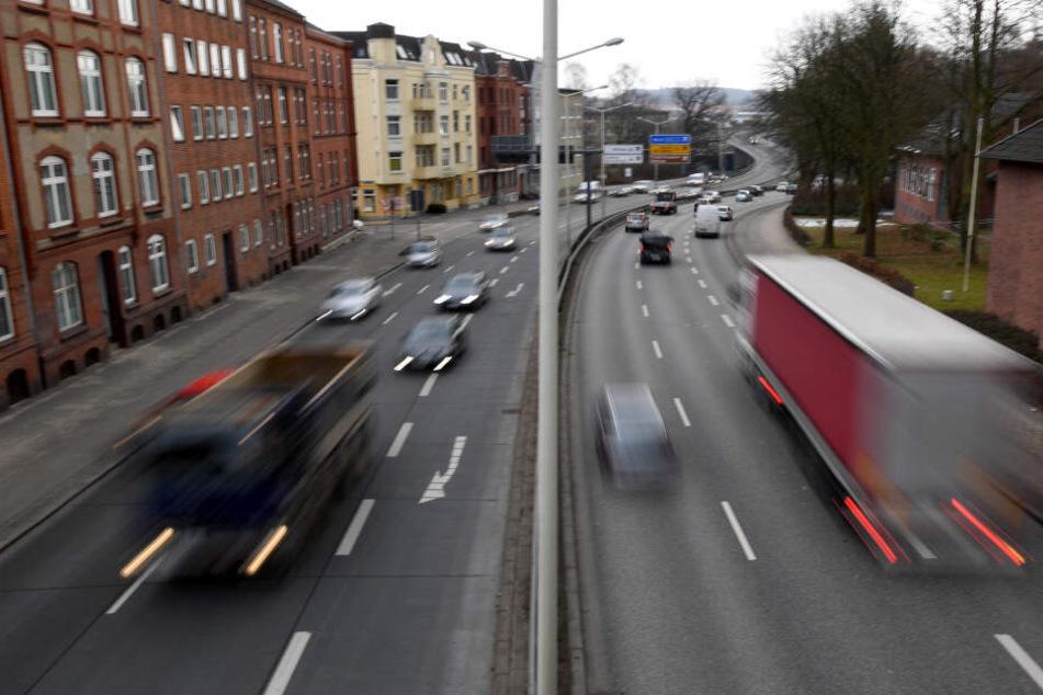 Autos und Lastwagen fahren auf dem Theodor-Heuss-Ring in Kiel.