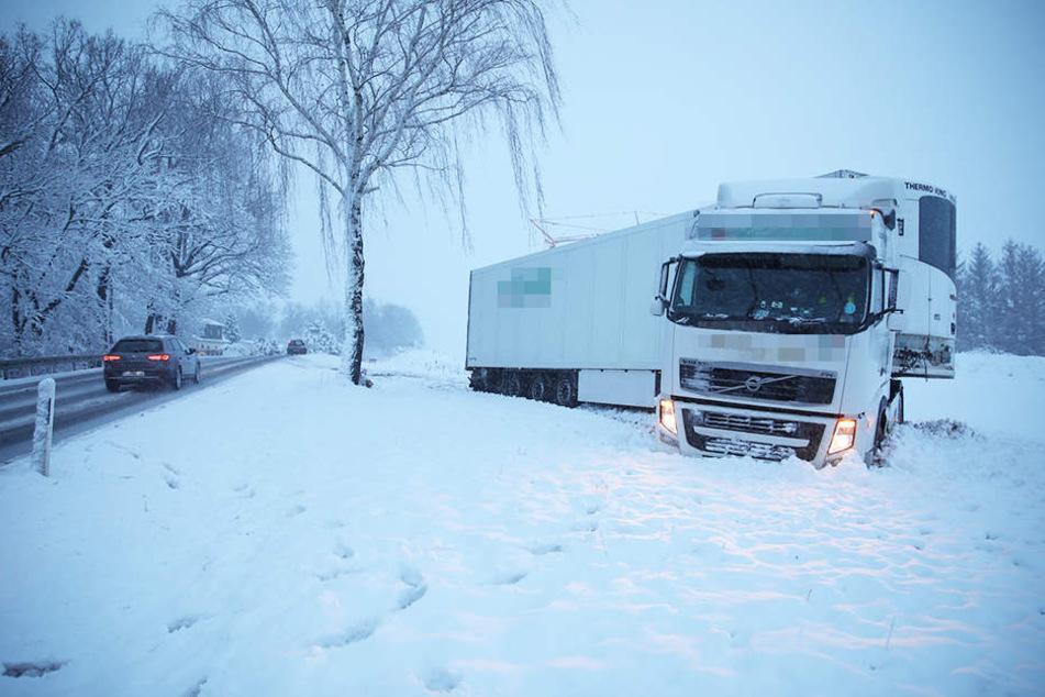 Viele Unfälle! Schnee und Glätte sorgen für Verkehrschaos auf Sachsens Straßen