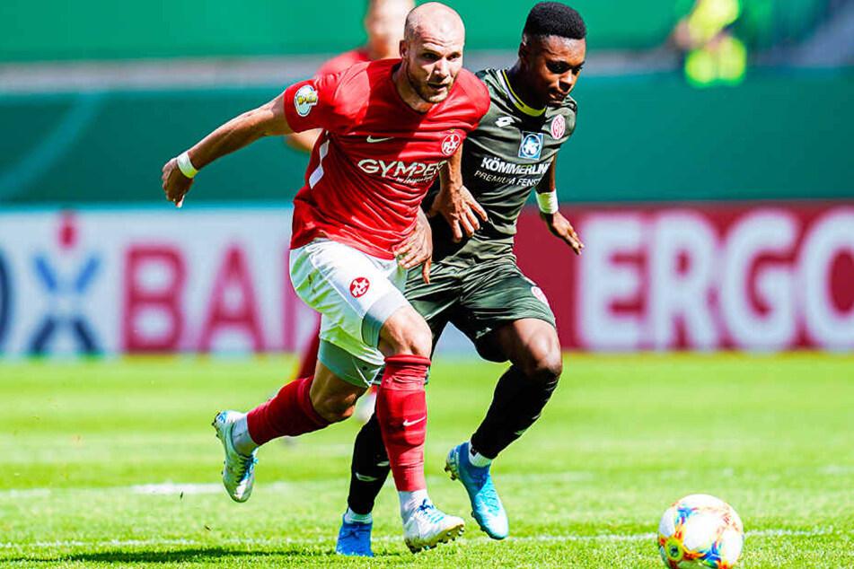 Manfred Starke (l.) setzte sich nicht nur in diesem Zweikampf gegen den Mainzer Ridle Baku durch, sondern traf auch noch zum 1:0 für den 1. FC Kaiserslautern.