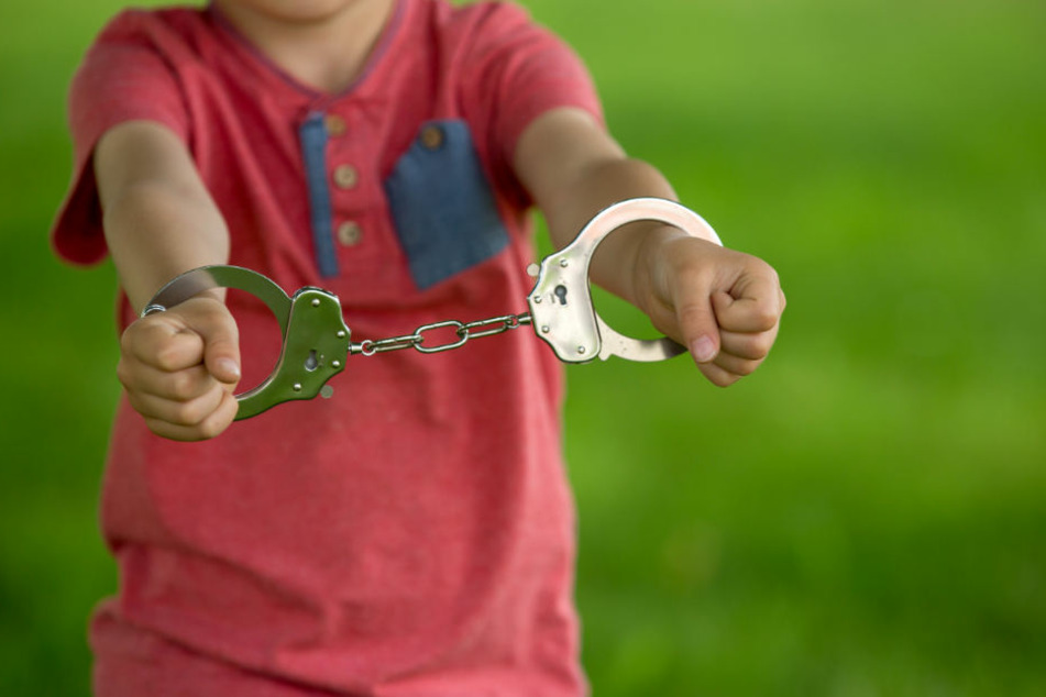 Den Schlüssel zu den Handschellen hatte der Vater bei sich - und der war unterwegs. (Symbolbild)