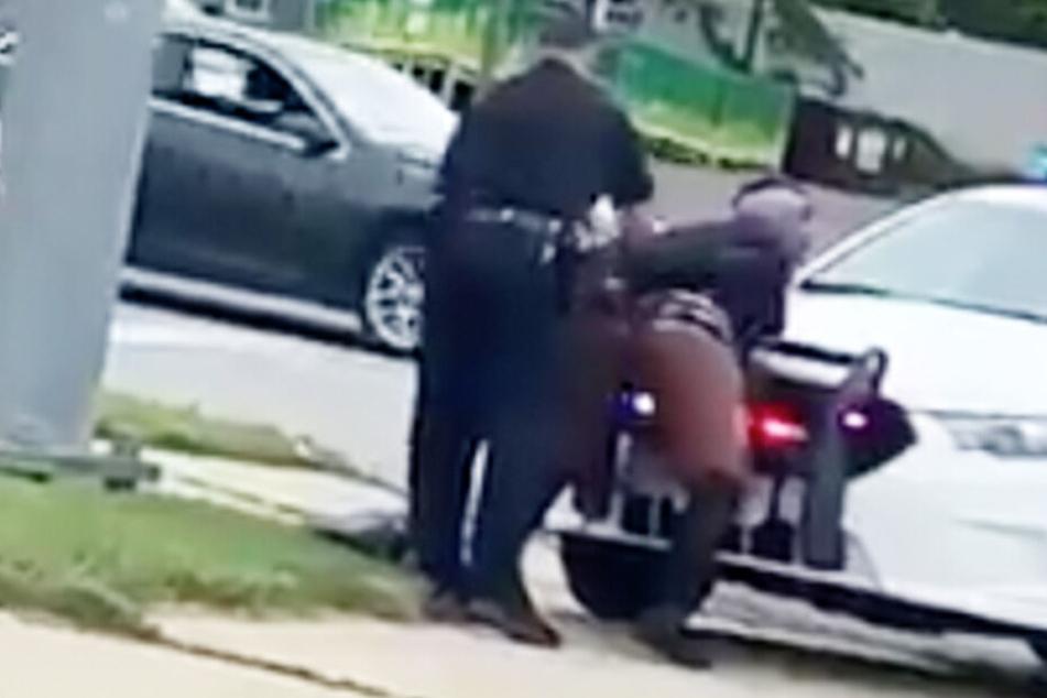 Die Frau twerkte selbst den Polizisten noch an.
