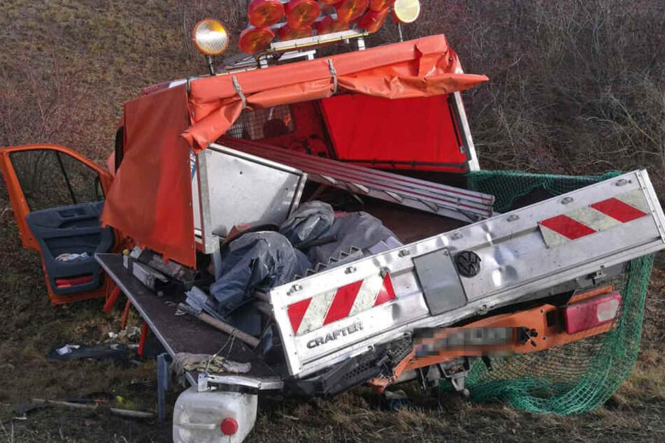 Der Bauwagen landete im Straßengraben.