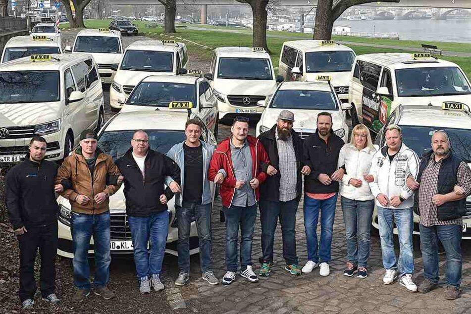 Einigkeit macht stark: Dresdner Taxifahrer haben schon mal zur Probe Aufstellung genommen. In der Mitte im roten T-Shirt steht Organisator Alex Noack (42).