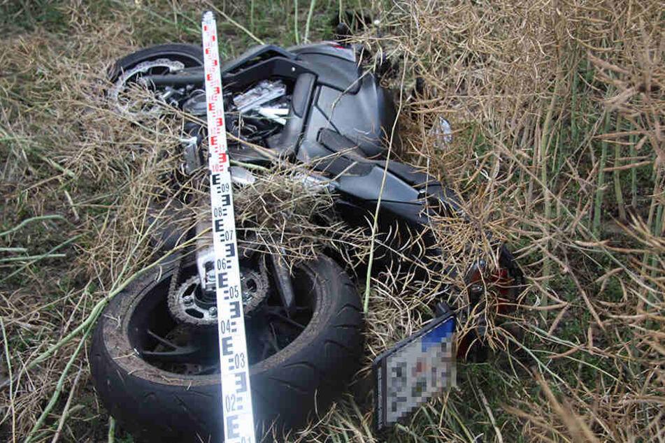 Die nagelneue Honda blieb einige Meter abseits der Straße auf dem Acker  liegen.