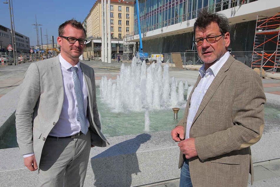 Baubürgermeister Raoul Schmidt-Lamontain (40, Grüne) und Amtsleiter Reinhard  Koettnitz (62) zeigen einen der neuen-alten Brunnen.