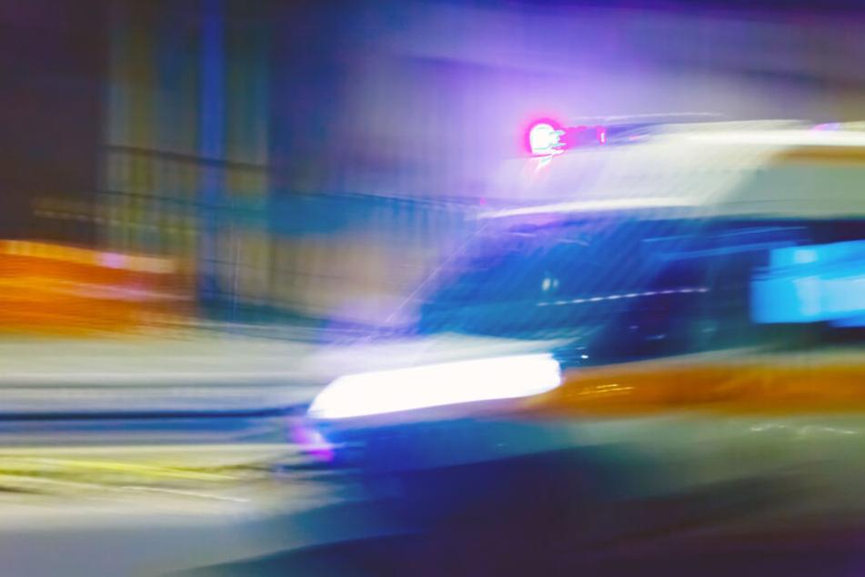 33-Jähriger wird lebensgefährlich am Kopf verletzt: Männergruppe flüchtet