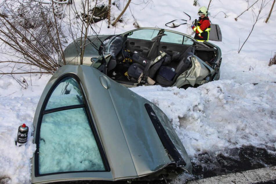 Transporter fährt auf Renault auf und schiebt ihn von der Straße: Zwei Verletzte