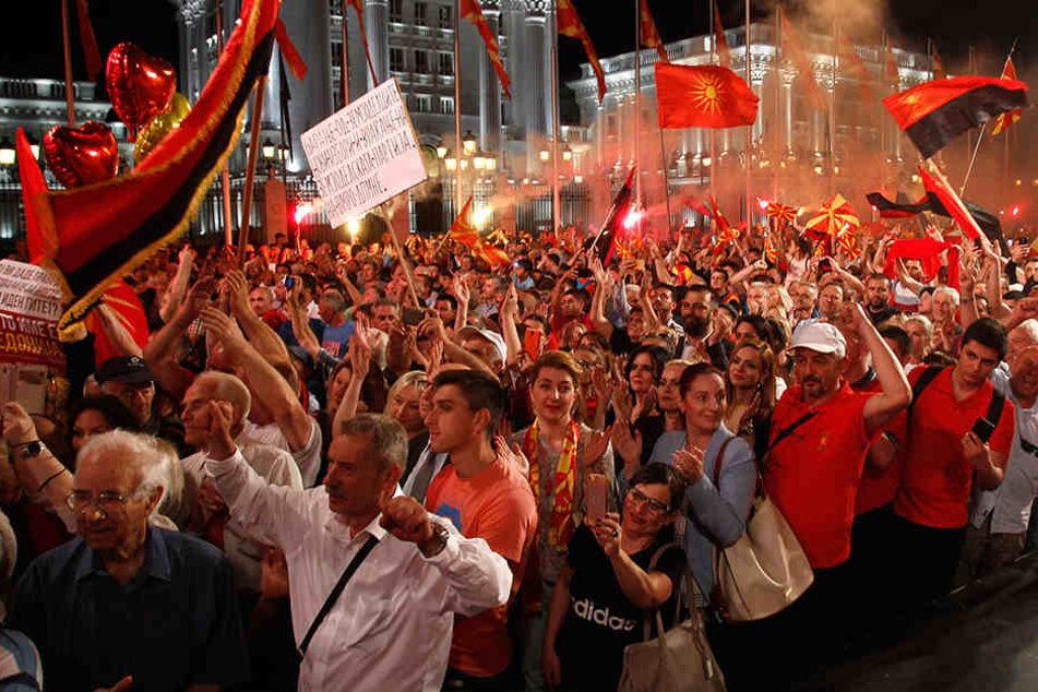 Anhänger der Opposition demonstrieren vor dem Regierungsgebäude.