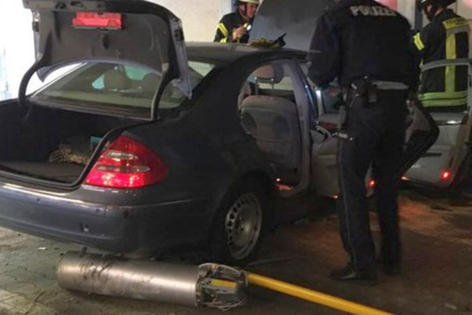 Der Fahrer der Mercedes E-Klasse wurde bei dem Unfall im Auto eingeklemmt und schwer verletzt.