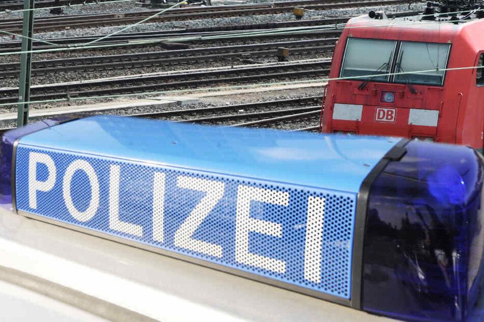 Polizei und Rettungskräfte räumten den Gießener Bahnhof vorübergehend.