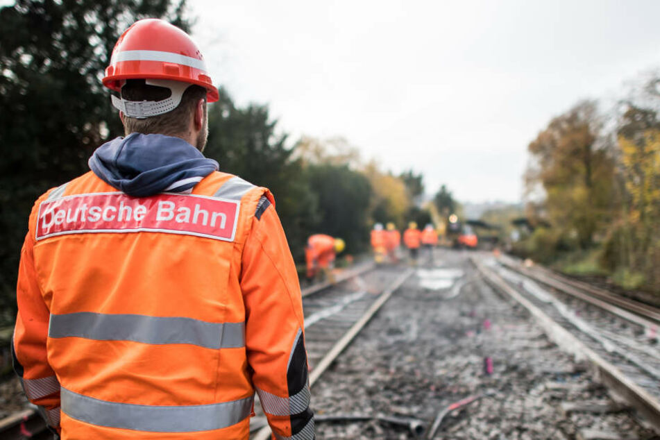 Ein Bauarbeiter der Deutschen Bahn bei der Arbeit. (Symbolbild)