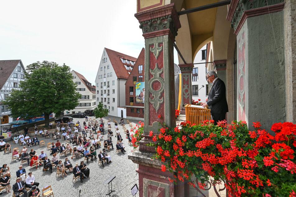 OB Gunter Czisch (58, CDU) spricht am Schwörmontag zu rund 250 Bürgern. (Archiv)