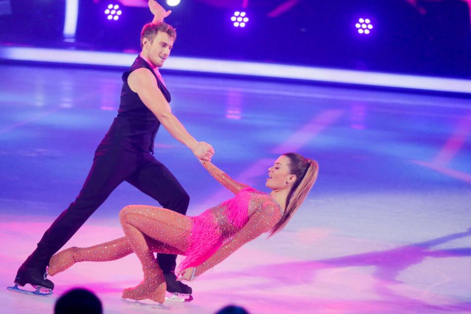 Derzeit fegt Nadine Klein (34) mit ihrem Tanzpartner Niko Ulanovsky (22) übers Eis.