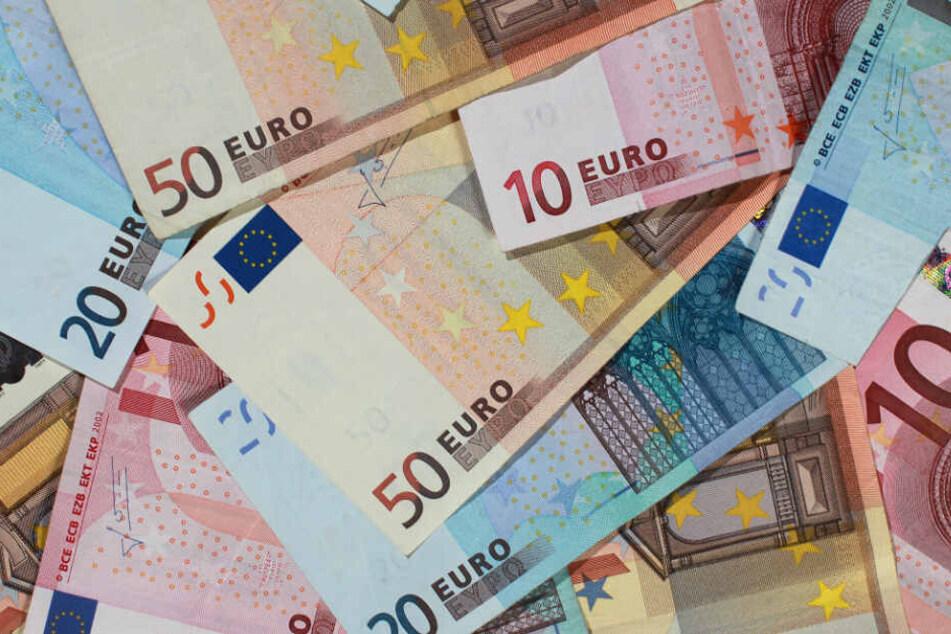 Die Frau hatte 1300 Euro im Zug vergessen. (Symbolbild)