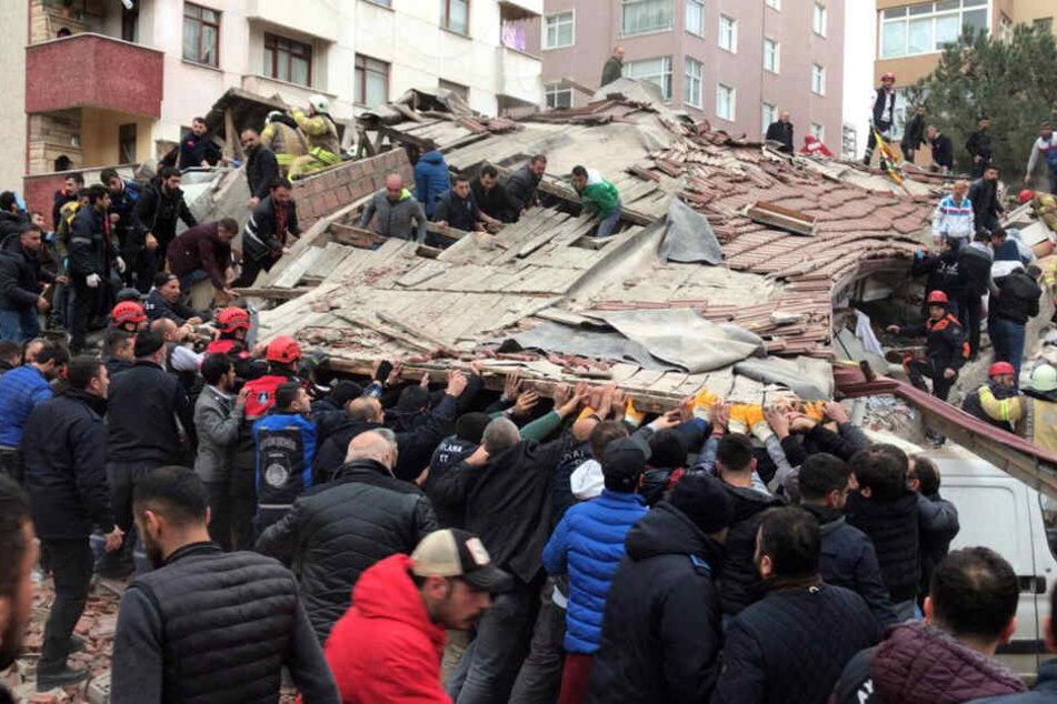 Rettungskräfte und Passanten an der Unglücksstelle versuchen zu helfen.