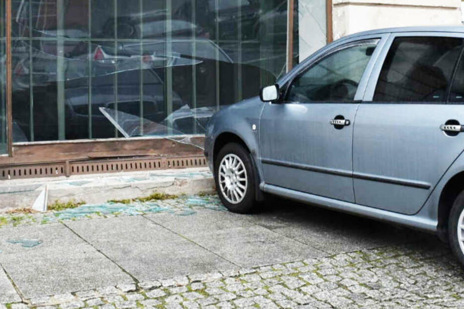 Auto ohne Fahrer rollt in Zittau in ein Schaufenster