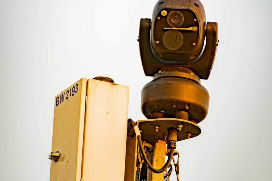 Im Dorfchemnitzer Ortsteil Voigtsdorf werden Anwohner von frei stehenden Videokameras und Lautsprecheransagen belästigt. Pipeline-Bauer Gascade schützt mit der Überwachungstechnik seine Rohrlager vor Dieben.