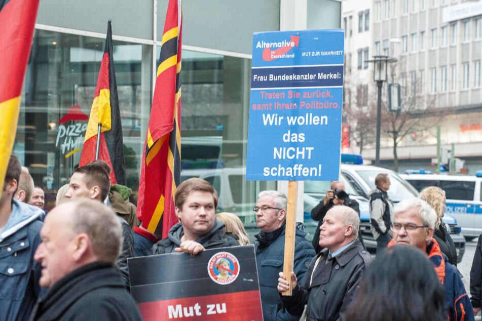 Nicht nur Reuken hält nicht viel von Kanzlerin Angela Merkel, sondern auch die Teilnehmer einer AfD-Kundgebung am Samstag (05.11.) in Bielefeld.