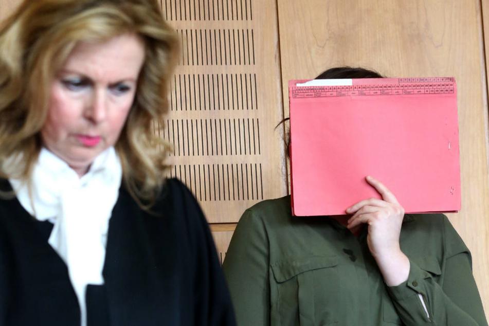 Die Angeklagte (rechts) bei einem der Prozesstage.