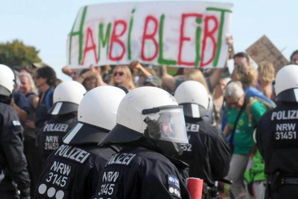 Bild von einer der vielen Auseinandersetzungen zwischen Polizei und Hambach-Aktivisten.