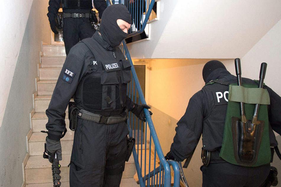 Bei den Durchsuchungen in Berlin stellten die Beamten Laptops, Handys, Schlagringe und Drogen sicher. (Symbolbild)