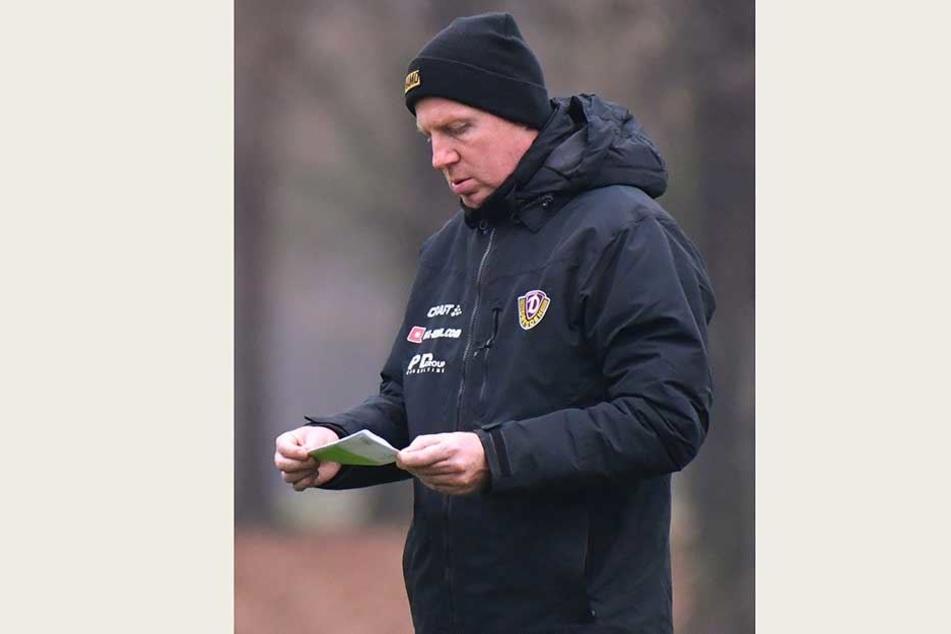 Was hat Dynamo-Trainer Maik Walpurgis auf seinem Zettel stehen? In Duisburg dürfte er seine Startelf heute verändern.