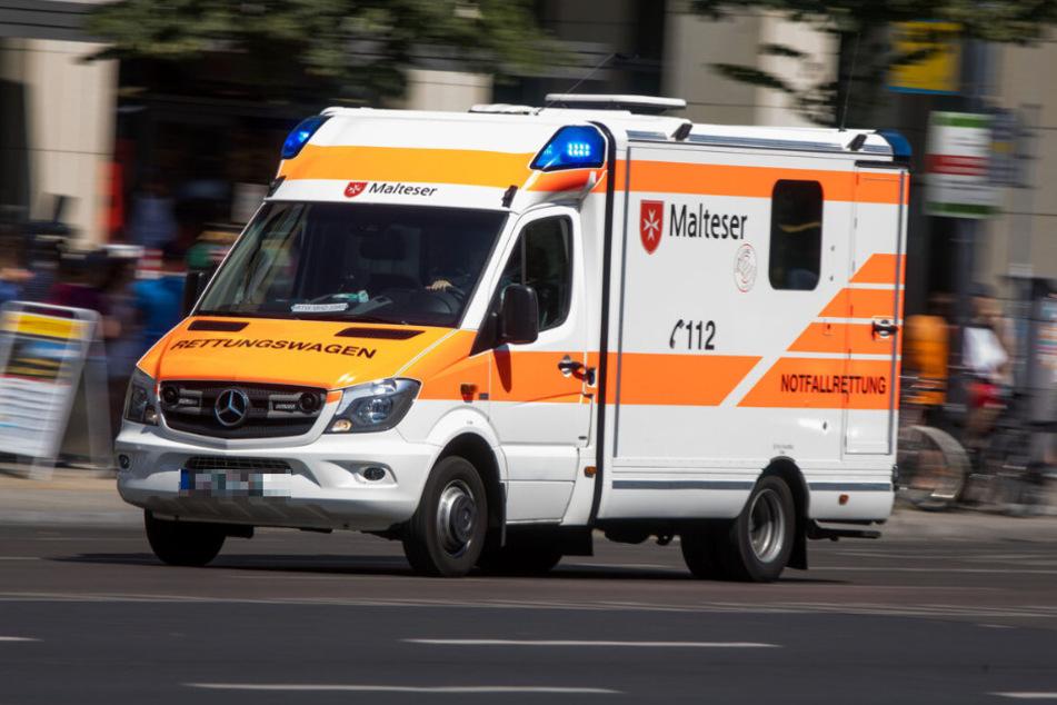 Ein Rettungswagen ist mit Blaulicht unterwegs. (Symbolbild)