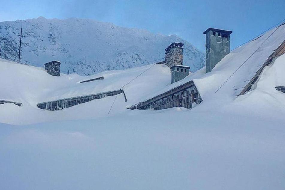 Viele Häuser stehen bis zum Dach im Schnee.