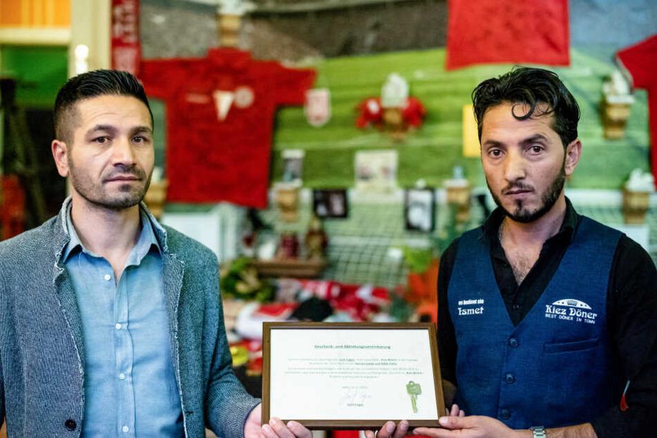 Der bisherige Inhaber Izzet Cagac (l.) verschenkte den Kiez-Döner an seinen Mitarbeiter Ismet Tekin, der ihn gemeinsam mit Bruder Rifat führen wird.