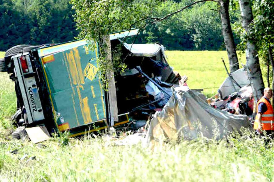 Fahrer schwer verletzt: Lkw verliert 20 Tonnen Hundefutter