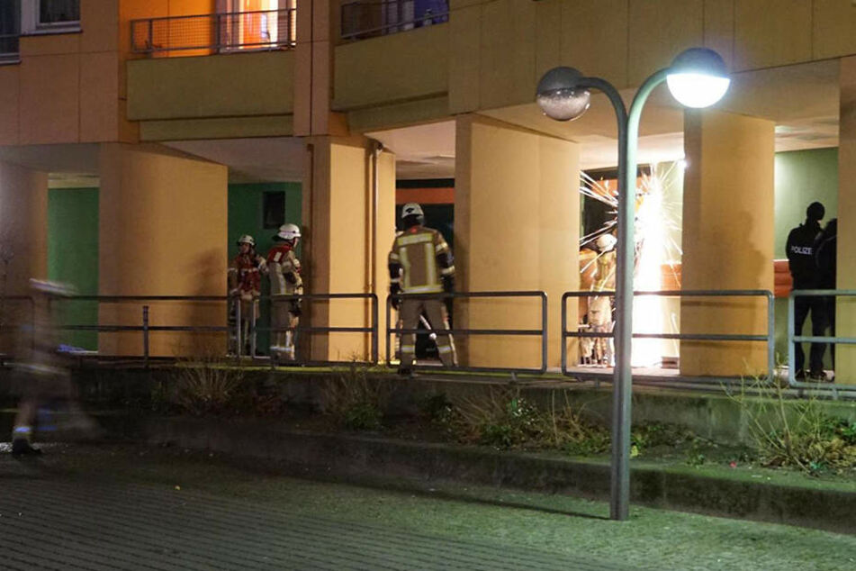 Mit einer Flex muss sich die Feuerwehr den Weg zum Brandherd frei sägen.