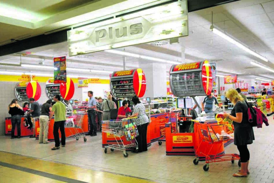 Die Kassenzone eines Supermarktes zählt nicht gerade zu den Orten höchster Diskretion.