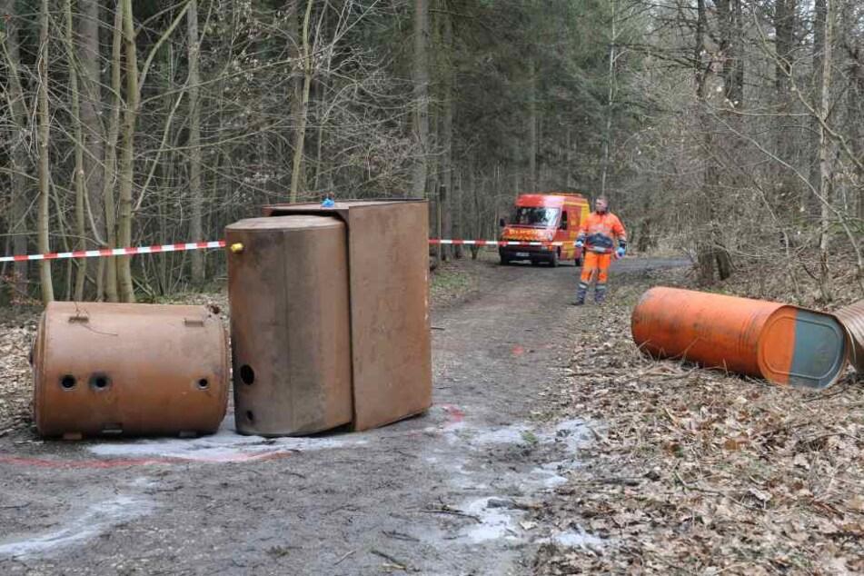 Gefahrenzone Waldweg: Bei Lichtentanne wurden undichte Ölfässer einfach  abgekippt.