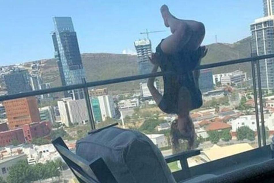 Hier sieht man, wie die 23-Jährige kurz vor ihrem Sturz am Balkongeländer hängt.