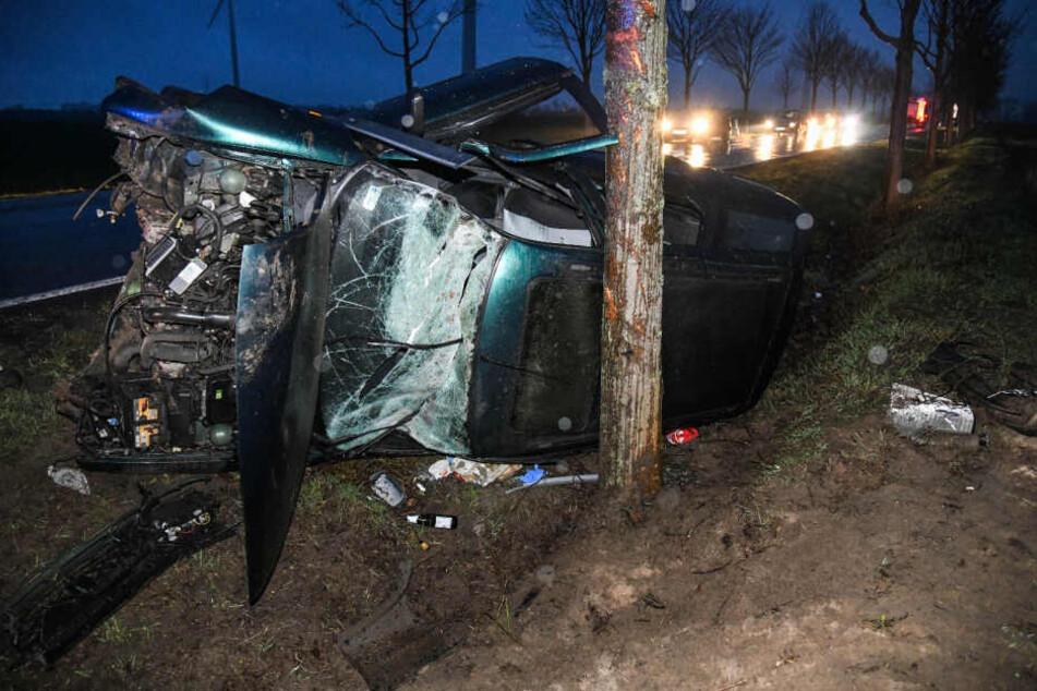Ein Auto wurde am Samstagabend mit voller Wucht gegen einen Baum geschleudert.