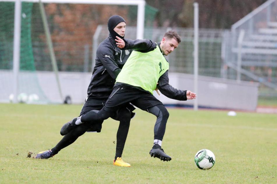 Jonas Acquistapace (l.) im Trainingszweikampf mit Neuzugang Daniel Gremsl.